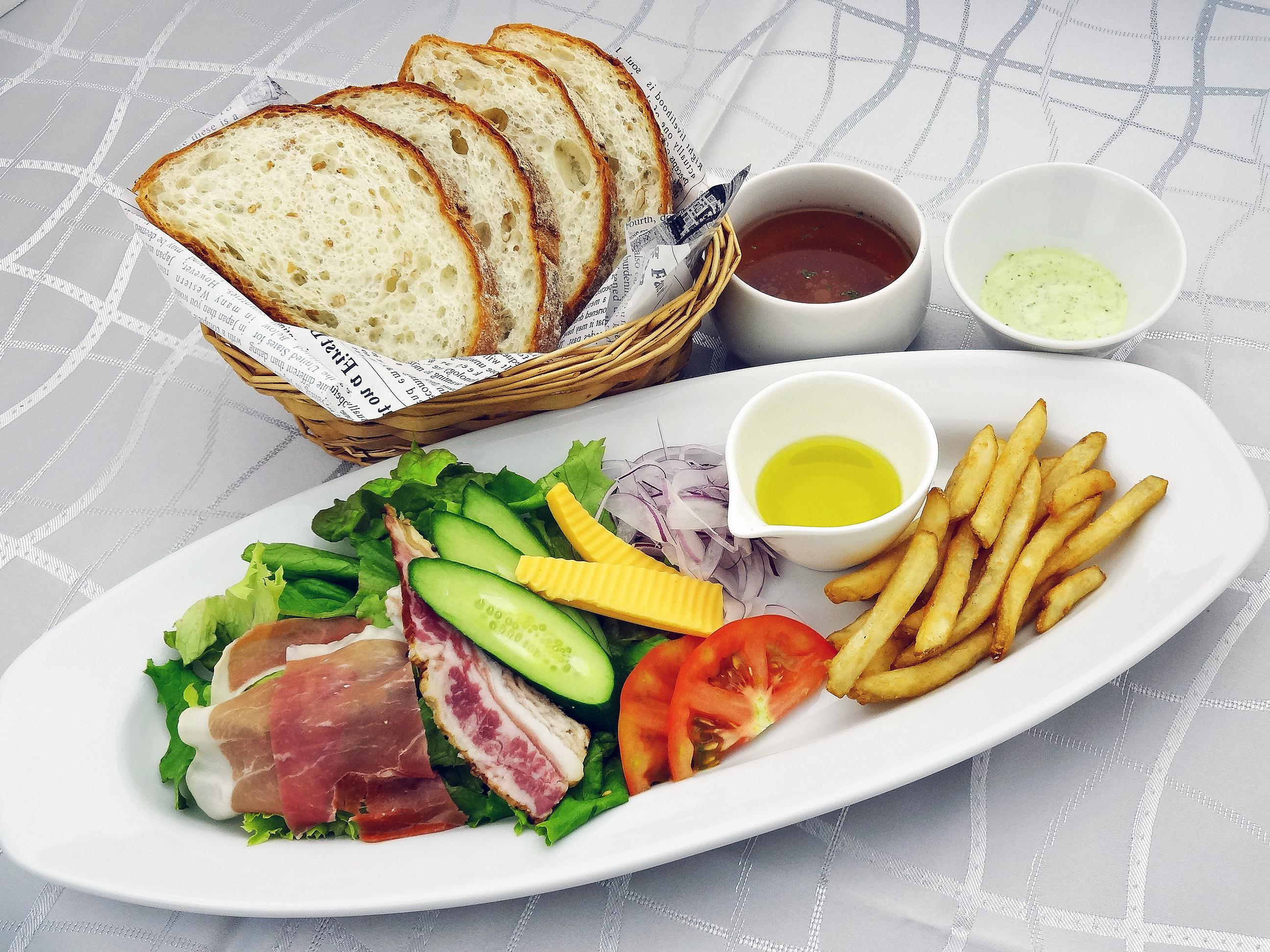 ライ麦パンとサラダセット